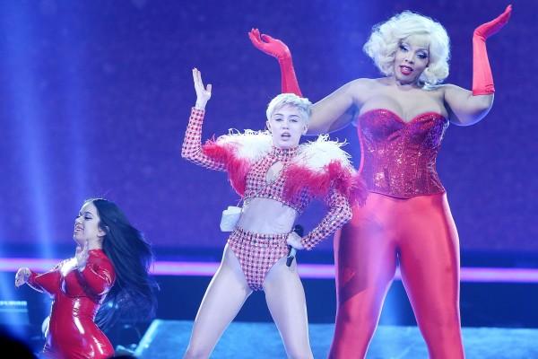 Miley Cyrus bailando en uno de sus conciertos