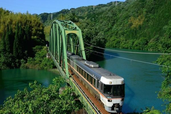 Tren atravesando un puente