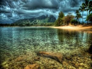 Postal: Nubes oscuras sobre el lago rocoso