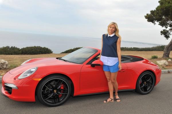 María Sharápova junto a un Porsche