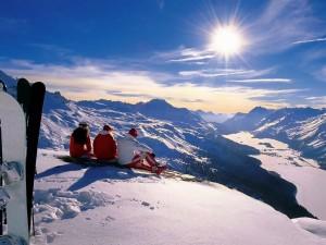 Postal: Esquiadores contemplando las montañas