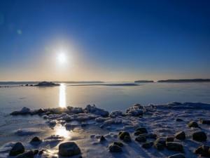 Puesta de sol sobre la bahía congelada