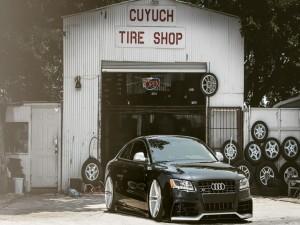 Postal: Audi negro con neumáticos nuevos