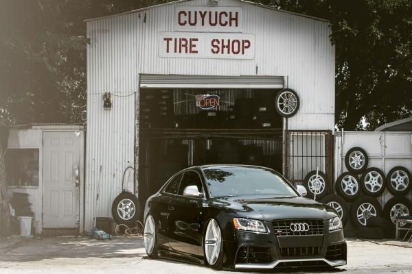 Audi negro con neumáticos nuevos