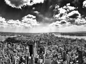 Imagen en blanco y negro de una gran ciudad