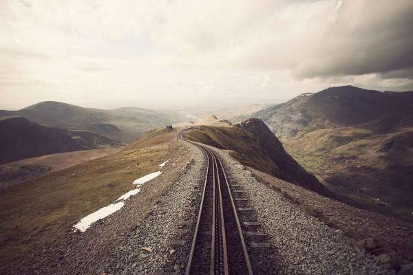 Vía ferroviaria en las montañas