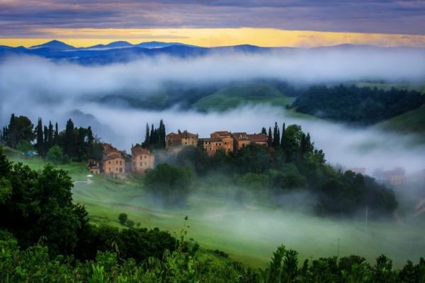 Niebla sobre el campo y la aldea