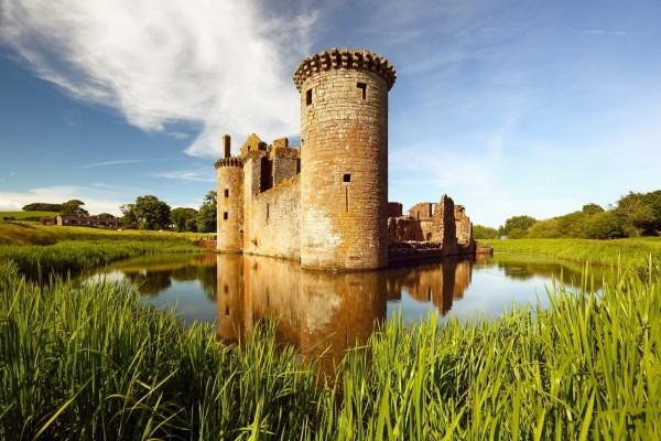 Estaque rodeando un castillo