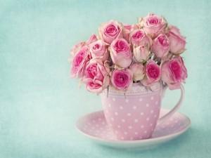 Postal: Una taza con un ramo de rosas rosadas