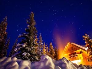 Casa bajo el cielo nocturno de invierno