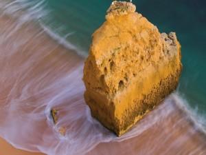 Postal: Gran roca en la playa