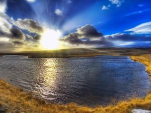 Primera luz del sol en el bello amanecer