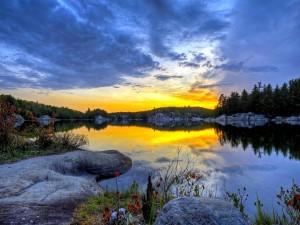 Un increíble amanecer en el lago