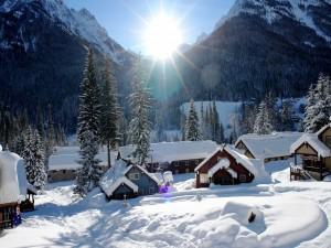 El sol ilumina las casas cubiertas de nieve
