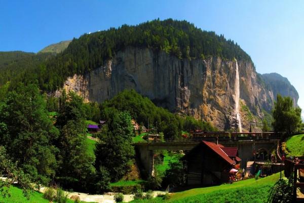 Pequeño pueblo junto a un río y cascada