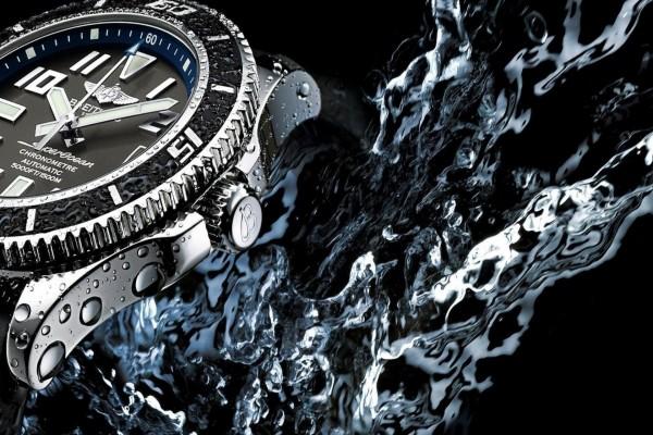 Gotas de agua en un reloj Breitling