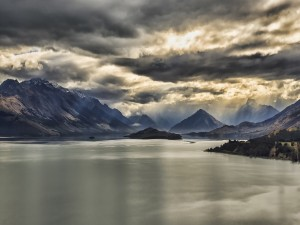 Postal: Nubes sobre un lago de Nueva Zelanda