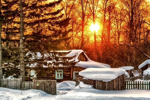 Brillante sol sobre un paisaje nevado de fantasía