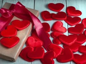 Postal: Corazones rojos y una caja de regalo para San Valentín