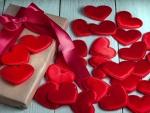 Corazones rojos y una caja de regalo para San Valentín