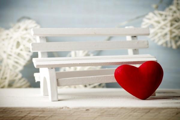 Corazón apoyado en un banco