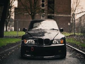 Un BMW mojado tras la lluvia