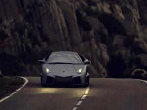 Postal: Lamborghini circulando por una carretera oscura