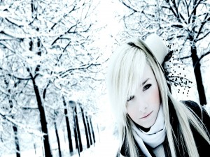 Chica con un pequeño sombrero en un día frío de invierno