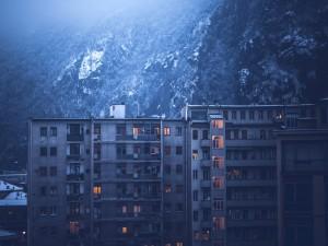 Edificio de viviendas junto a una montaña