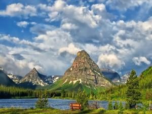 Postal: Banco de madera para observar del lago y las montañas