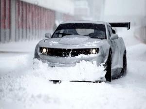 Coche en una calle cubierta de nieve