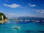 Barcos en un mar azul