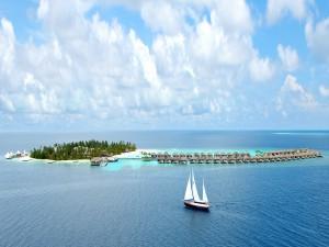 Barco navegando hacia una isla vacacional