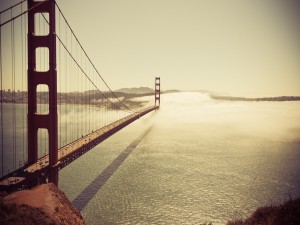 Postal: El sol brillando sobre el puente de San Francisco