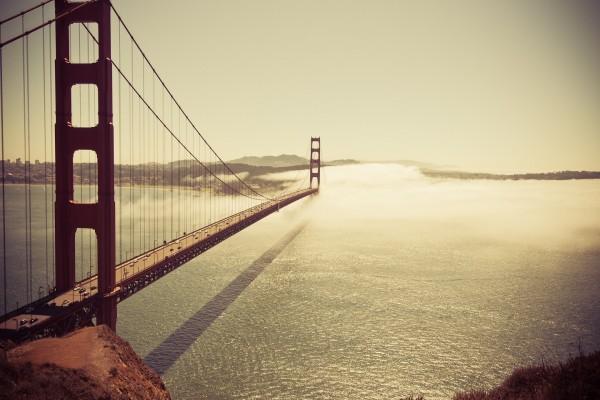 El sol brillando sobre el puente de San Francisco