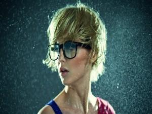 Gotas de agua sobre una mujer
