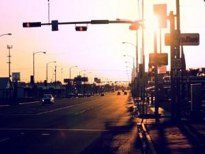 Carretera con varios semáforos y carteles