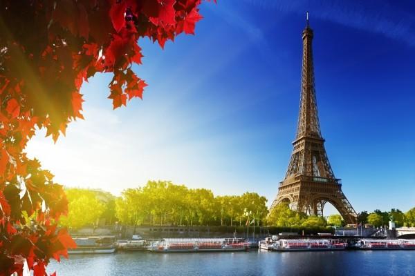La Torre Eiffel junto al río Sena (París)