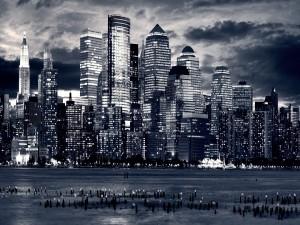 Postal: Ciudad en blanco y negro