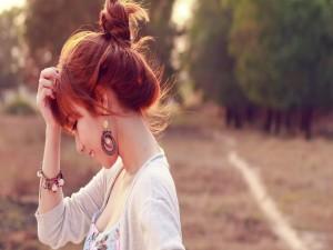 Postal: Perfil de una chica sonriendo