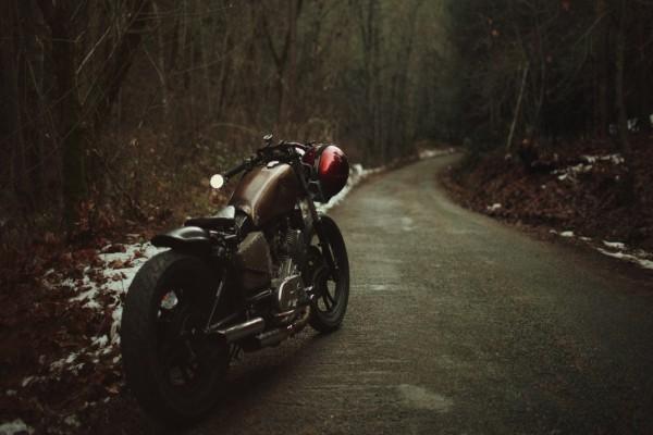 Moto y casco en una carretera