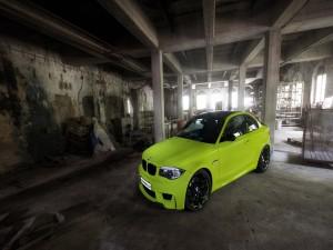 Postal: BMW amarillo en una nave