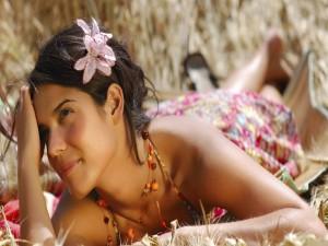 Chica con una bonita flor en el pelo