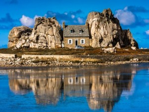Postal: Casa entre grandes rocas