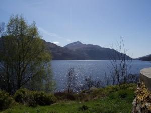 Postal: Vista del lago Lomond y el monte Ben Lomond (Escocia)
