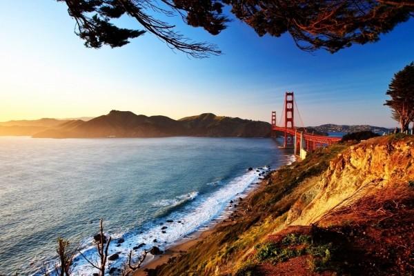 Asombrosas vistas del puente Golden Gate en la salida del sol