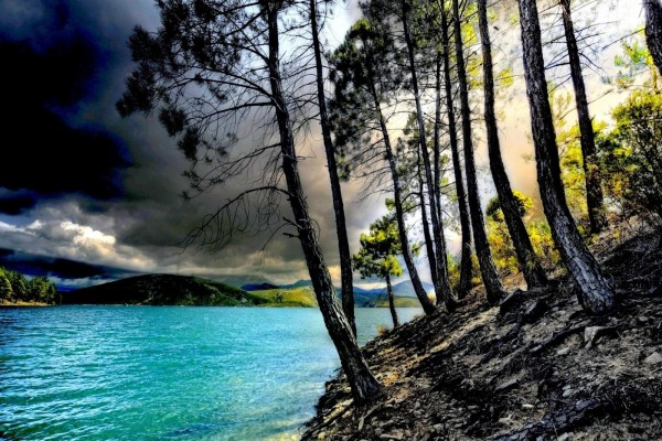 Día nublado en el lago