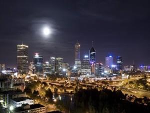 Increíble paisaje urbano iluminado por la luna