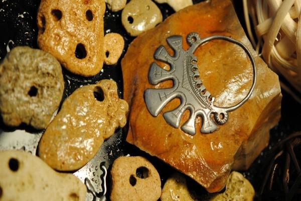 Joya metálica sobre una piedra