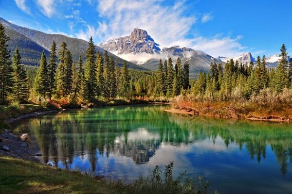 Paisaje natural con un río y montañas